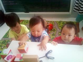 子供たちが遊ぶ店内風景1 琉京甘味 SANS SOUCI