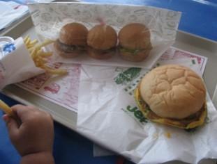 沖縄のファーストフード「ジェフ」 ミニバーガーとゴーヤーバーガー